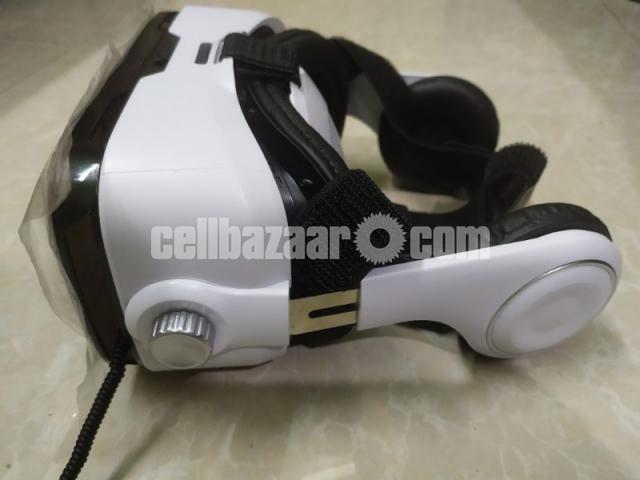 VR box with headphone - 3/4