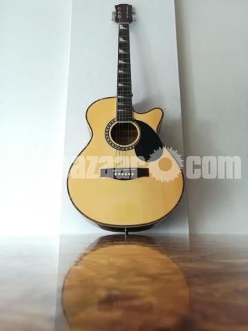 Full-fresh signature Guitar, looking new - 2/7