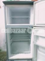 Walton refrigerator with stabilizer