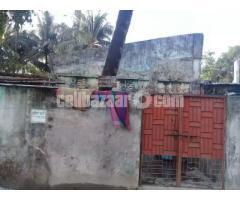 কুমিল্লা হউজিং এস্টেট এলাকায় 2.8 কাঠা / 2.33 গণ্ডা নিষ্কন্টক জায়গা পুরাতন টিনশেড বাড়িসহ বিক্রি
